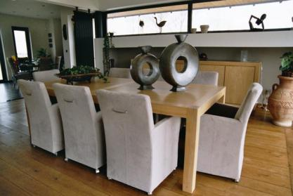 Chaise moderne avec accoudoirs dossier poign e et for Chaises de salle a manger avec accoudoirs