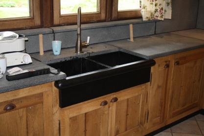 Meuble de cuisine en ch ne et granit sabl sur mesure for Meuble cuisine chene
